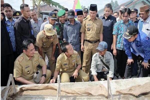 Gubernur Lampung M. Ridho Ficardo berdialog dengan warga saat meninjau perbaikan jalan di Kedondong Kabupaten Pesawaran, Senin (3/10) (ist)