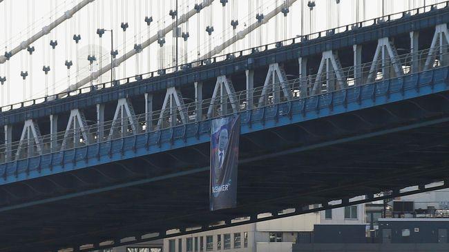 Spanduk Vladimir Putin di jembatan Manhattan, New York. (Kathryn Peters/Handout via Reuters)