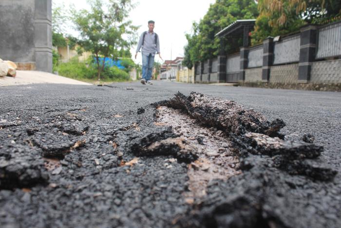 Kondisi aspal Gang Melati, Sukarame, yang tipis dan terkelupas. Foto (Lampungnews.com/El Shinta)