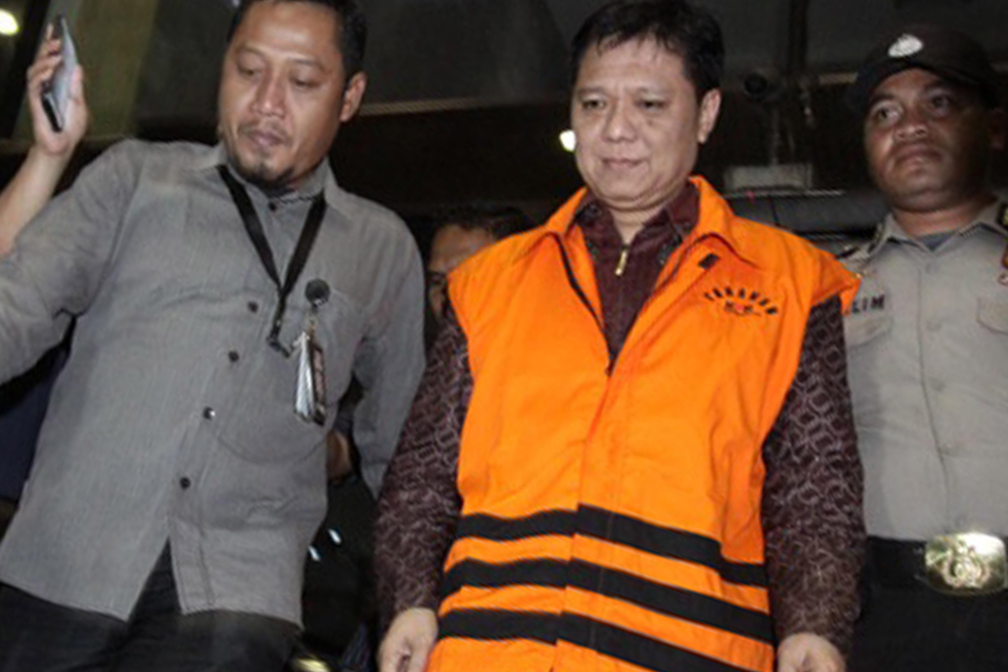 Bupati Tanggamus Bambang Kurniawan (tengah) ditahan KPK setelah diperiksa selama 10 jam di gedung KPK Jakarta. (Istimewa)