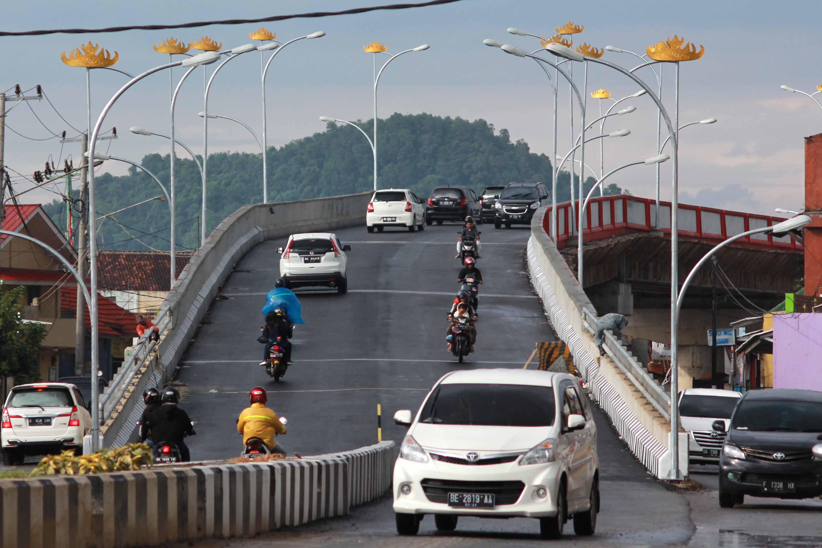 Sejumlah kendaraan melintasi fly over atau jembatan layang yang menghubungkan Jalan Gajah Mada - P Antasari Kota Bandar Lampung. Kamis (22/16). Jalan layang tersebut akan segera diresmikan pemerintah setempat untuk memperlancar arus lalu lintas. (lampungnews/El Shinta).