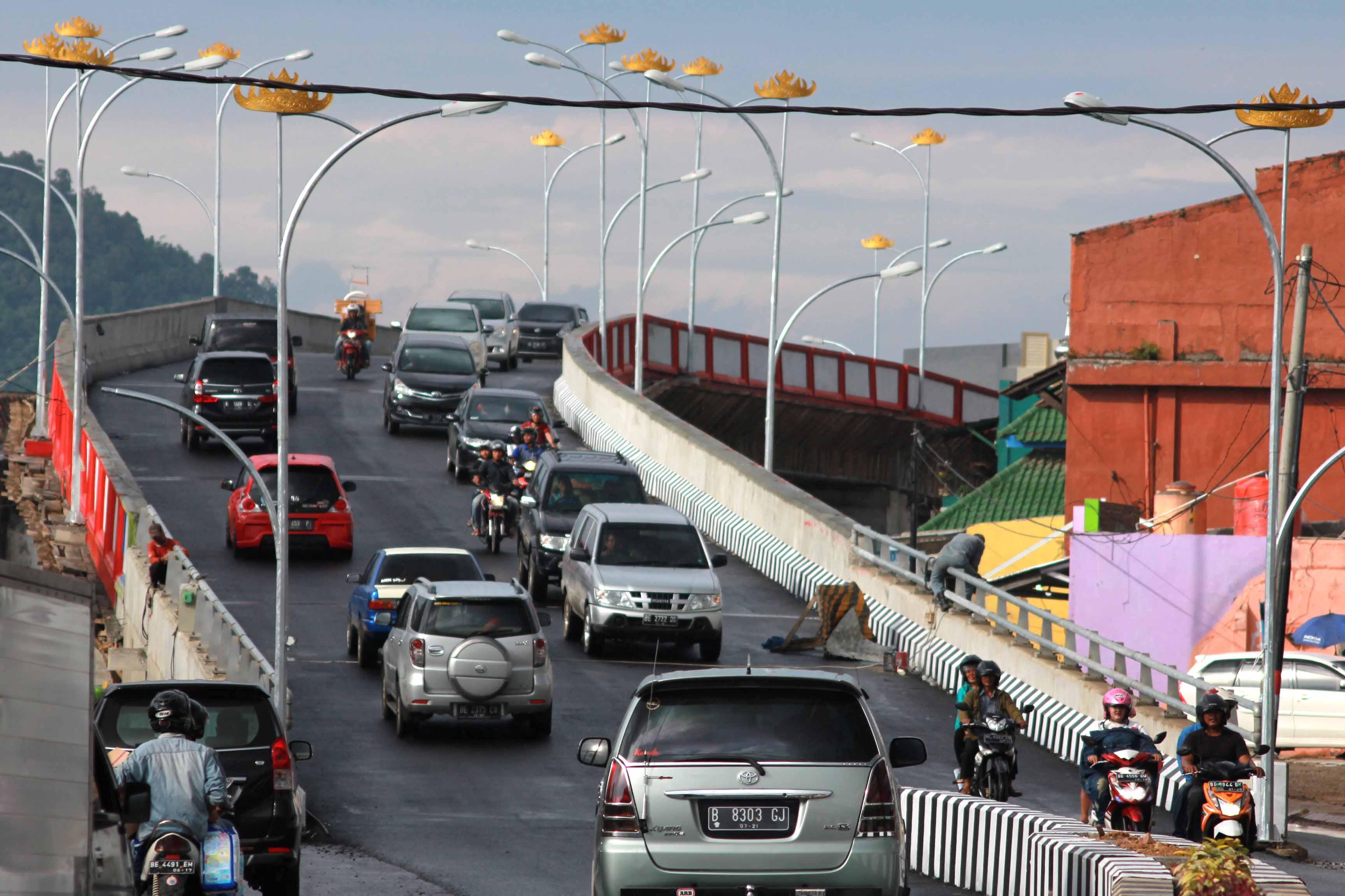 Sejumlah kendaraan melintasi flyover Jalan Gajah Mada - P Antasari Bandarlampung (Lampungnews.com/El Shinta)