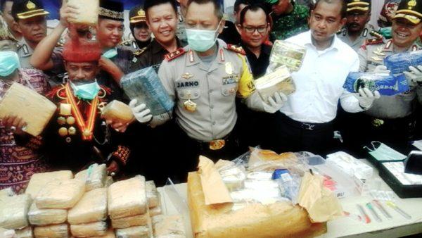 Kapolda Lampung Brigjen Pol Sudjarno menunjukkan barang bukti narkoba jenis sabu dan ganja senilai Rp 40 M yang akan dimusnahkan di halaman Polres Lampung Selatan, Selatan, Selasa (27/12).