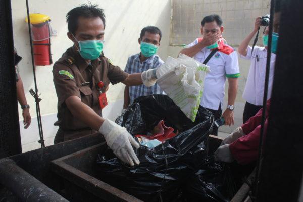 Petugas Kejari Bnadar Lampung memasukkan barangf bukti narkoba ke mesin incenerator untuk dimusnahkan, Rabu (28/12). Foto: Lampungnews.com/El Shinta