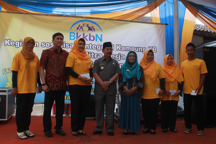 Wali Kota Herman HN dan anggota DPD RI Frans Agung Mula Natamenggalan foto bersama usai memberikan bantuan kepada kader Kampung KB Gunung Sulah, Way Halim, Kamis (1/2).