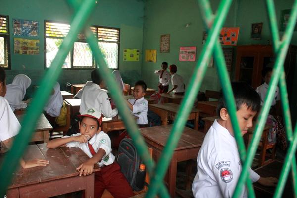 Usai libur panjang semester 1, aktivitas belajar mengajar di Kota Bandar Lampung belum sepenuhnya berjalan normal. Seperti aktivitas kelas  para siswa di SDN Min Way Halim yang belum aktif sekolah dan beberapa bangku terlihat belum berpenghuni. Sebagian siswa lebih memilih bermain di halaman sekola