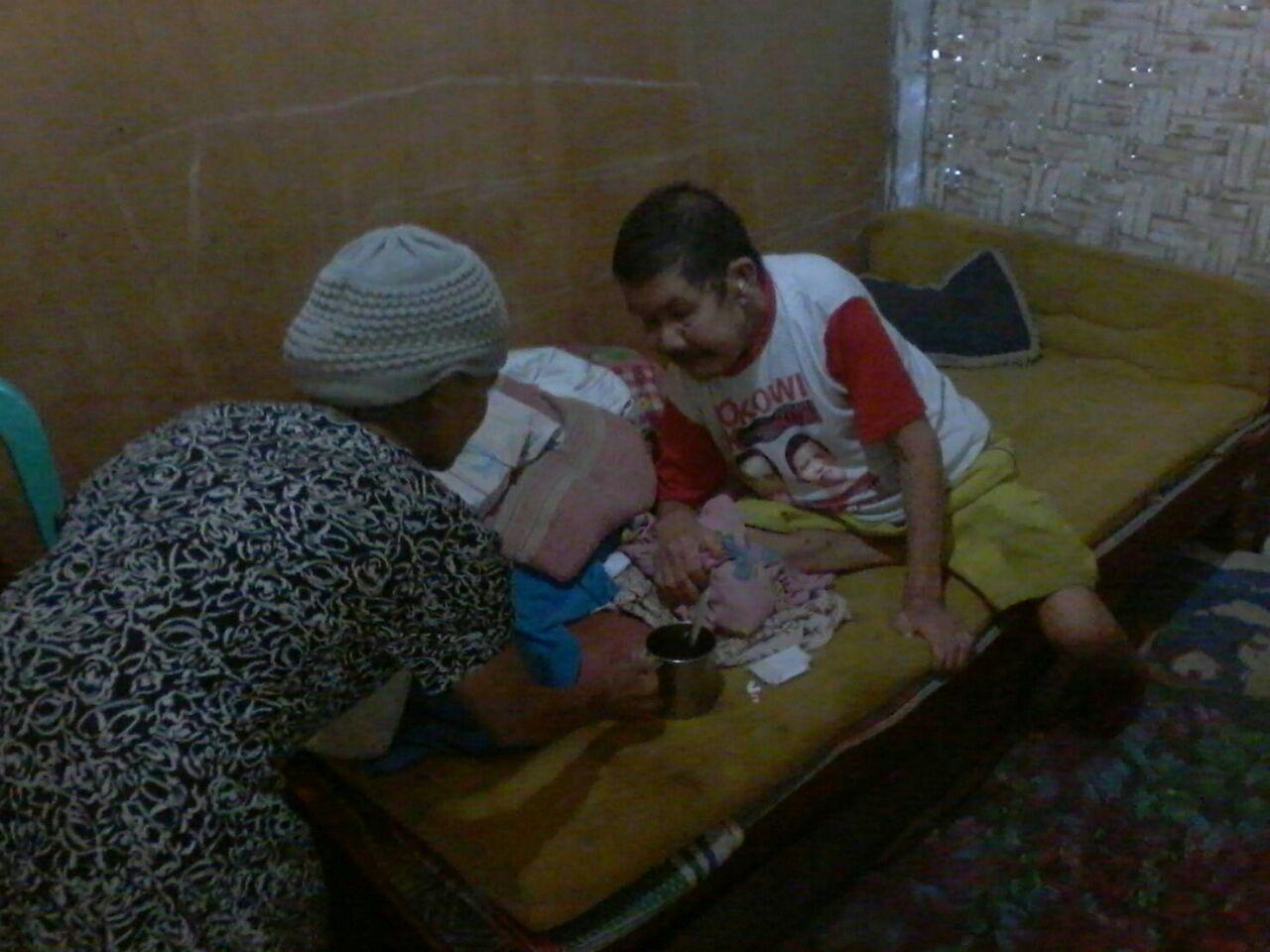 Keseharian Misni saat merawat Nasri, suaminya yang sakit-sakitan selama setahun terakhir. Foto: Anton/Lampungnews.com