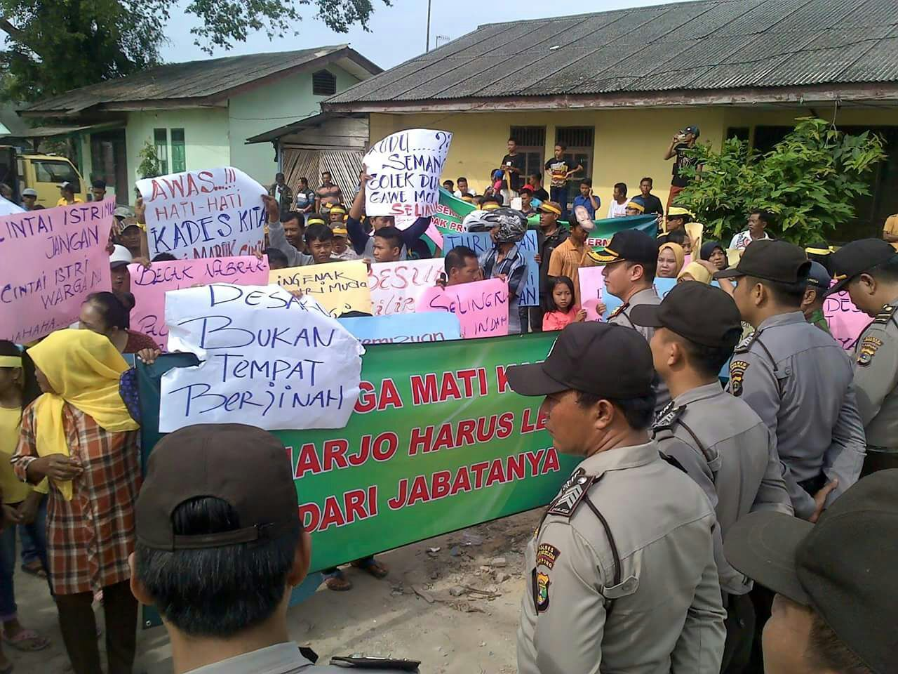 Ratusan Warga Demo Kades Sidoharjo