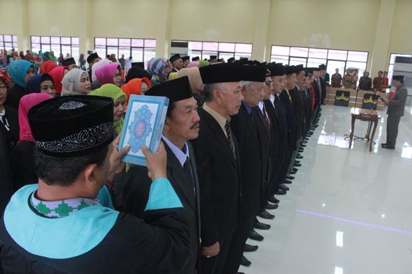 Sekretaris Kota (Sekkot) Badri Tamam mengambil sumpah jabatan pada ratusan pejabat eselon III di Gedung Semergou, Pemkot Bandar Lampung, Kamis (5/1). Foto: Lampungnews.com/El Shinta