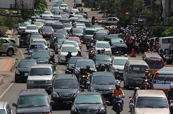 Usai libur panjang akhir tahun, sejumlah jalan protokol di Kota Bandar Lampung mulai padat, seperti di Jalan Raden Intan, Senin (2/1). Foto: Lampungnews.com/El Shinta