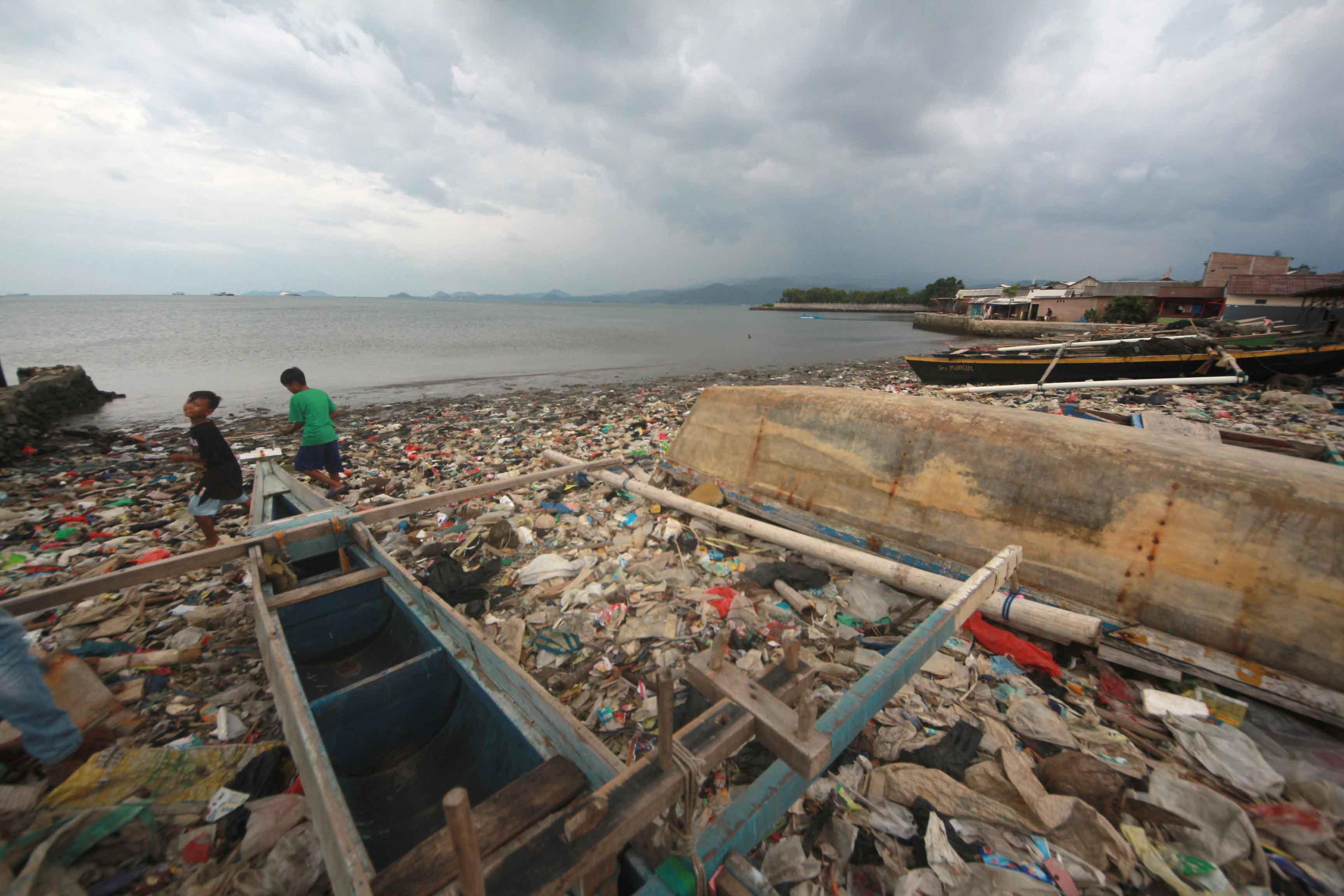 Anak-anak yang bermain di pinggir Pantai Payang, Sukaraja, Bumi Waras, Bandar Lampung, yang dipenuhi sampah. (Foto: Lampungnews.com/El Shinta)