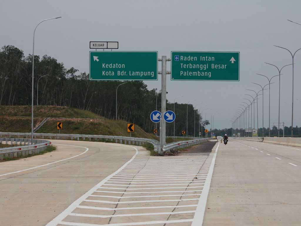 Sejumlah rambu-rabu di ruas  jalan tol Trans Sumatera ruas Sabah Balau, Tanjungbintang Lampung Selatan. (El-Shinta)