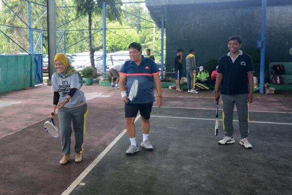 Bupati Lampung Timur Chusnunia Chalim Belajar Olahraga Tenis Lapangan (dok Lampungnews.com)