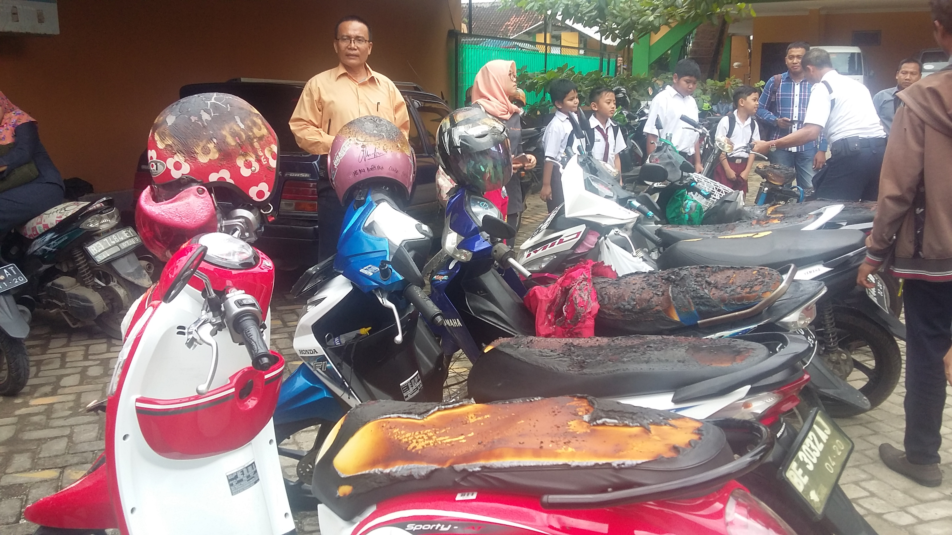 11 unit sepeda motor milik staf Sekolah Global Surya yang ikut terbakar. (Lampungnews/Davit)