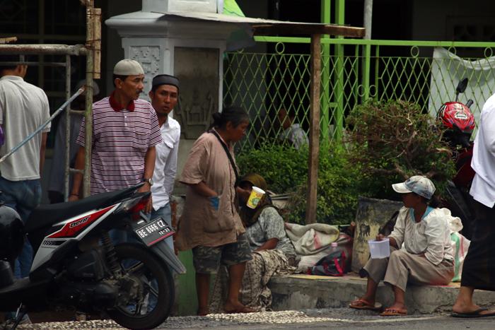 Sejumlah pengemis yang berkumpul di depan masjid usai sholat jum'at. Fenomena banjir pengemis ini biasa ditemukan di masjid-masjid usai pelaksanaan sholat jumat.