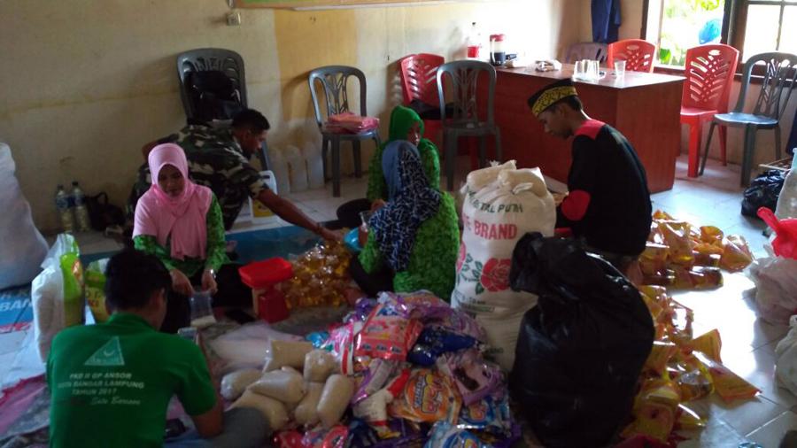 Kader Ansor dan Fatayat NU Kota Bandarlampung mengemas bantuan sembako akan disalurkan bagi korban banjir. Foto Lampungnews. Dok GP Ansor Bandarlampung.