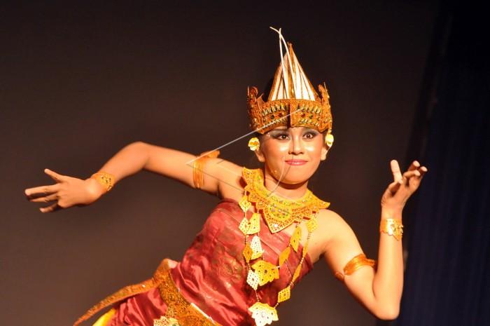 "Ilustrasi. Penari Sanggar Kerti Buana asuhan Gusti Nyoman Arsana membawakan Tari Cendrawasih pada deklarasi ""Gerakan Masyarakat Lampung Damai"" di Taman Budaya, Kota Bandarlampung, Sabtu (10/11) malam. Tari Cendrawasih merupakan tari tradisional Bali yang menggambarkan keelokan burung cendrawasih dan ditampilkan pada kegiatan tersebut sebagai ajakan memaknai keberagaman. FOTO ANTARA/Gatot Arifianto."