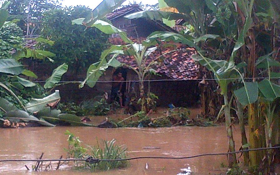 Rumah geribik milik Erik, warga Ptingsewu. Rumah geribik ini hampir hanyut terbawa banjir. (Lampungnews/Anton Nugroz)
