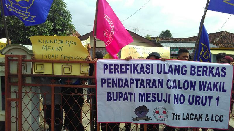 Lembaga Aliansi Cegah Korupsi (Lacak) menggepar aksi didepan kantor Bawaslu Lampung, Senin (13/2). Foto Lampungnews/Adam.