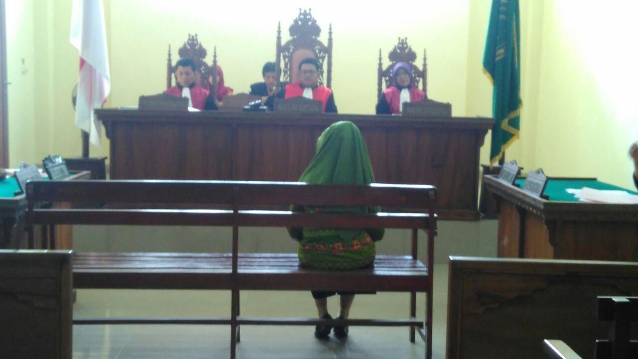 Kepala Sekolah SMPN 24 Bandarlampung, Helendrasari (54) menjalani sidang perdana di PN Tanjungkarang. (Lampungnews/Adam)