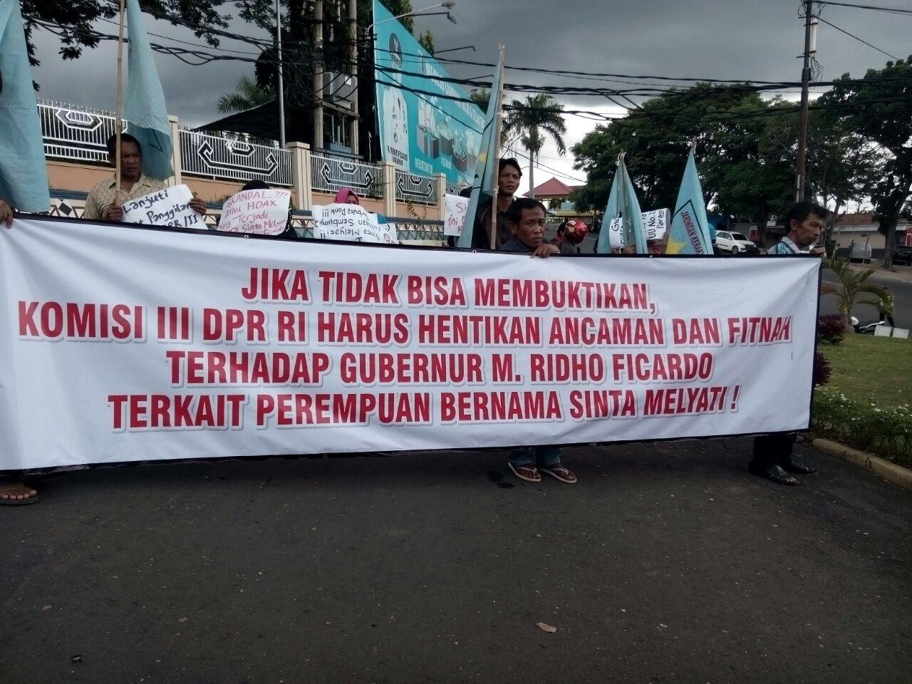 Demonstrasi menuntut DPR RI secara jelas membuka informasi terkait polemik Sinta Melyati. (Dok. Lampungnews)