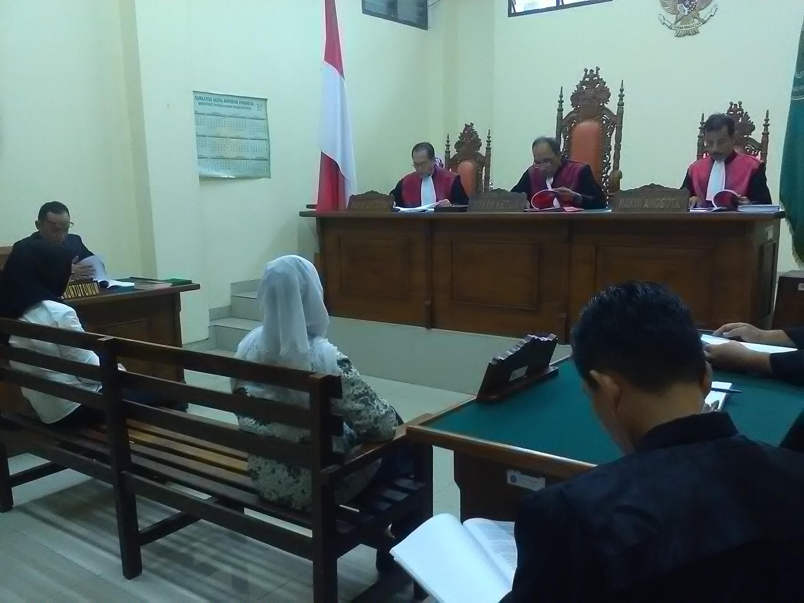 Kepala sekolah dan bendahara SMPN 24 menjalani sidang tuntutan di Pengadilan Negeri kelas IA, Tanjungkarang, Bandarlampung. (Foto: Lampungnews.com/Adam)