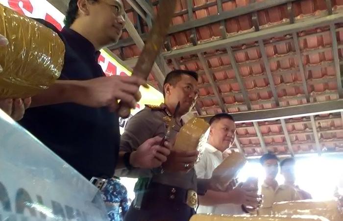 Polisi menunjukkan barangbukti kejahatan dan tangkapan narkoba, di Bandarlampung, Jumat (10/2). Foto: Lampungnews.com/Adam.