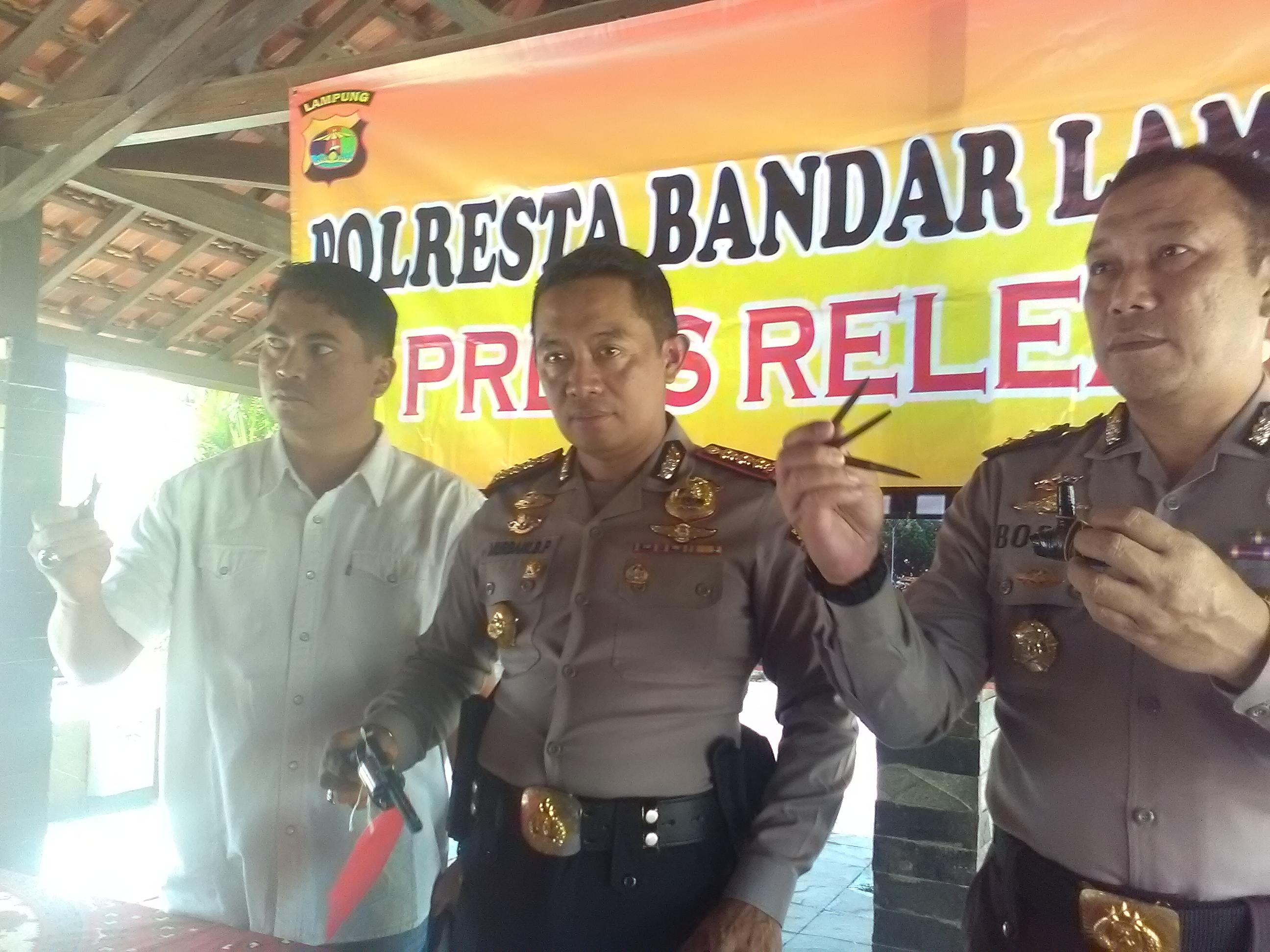 Kapolresta Bandarlampung Kombes Murbani Budi Pitono (tengah) menunjukkan pistol yang digunakan pelaku pembegalan. (Lampungnews/Adam)