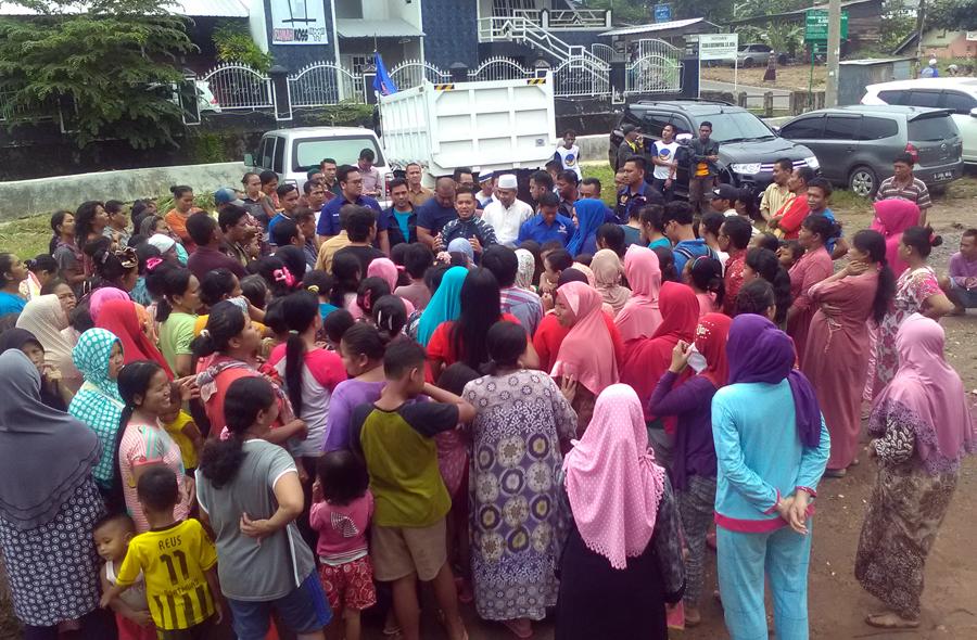 Dewan Perwakilan Wilayah (DPW)  Partai Nasional Demokrat (NasDem) Provinsi Lampung memberi bantuan warga terkena banjir di tiga daerah di Kota Bandarlampung, Selasa (21/2). Foto Lampungnews/Adam
