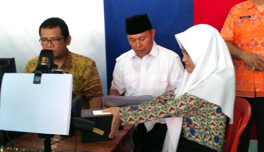 Bupati Lampung Tengah Mustafa memantau perekaman E-KTP gratis di SMA Negeri 1 Bangunrejo, Lampung Tengah, Kamis (23/2). Foto Lampungnews/Zira.