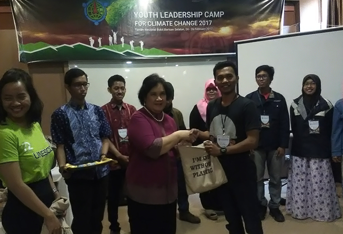 Manager The Climate Reality Project Indonesia, Amanda Katili Niode menyerahkan cinderamata kepada peserta kegiatan. Foto: Lampungnews/Adam.