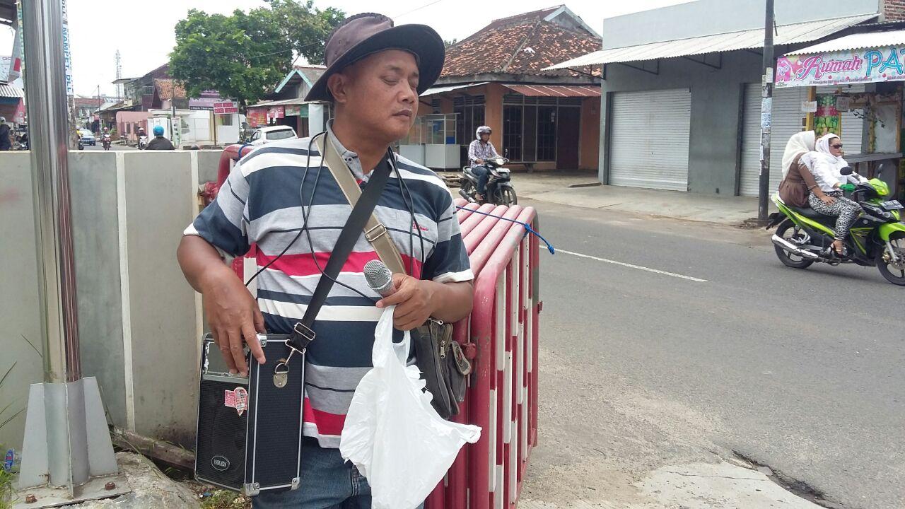 Slamet (40) penyandang tuna netra yang biasa mengamen di SPBU Ki Maja, Way Halim. (Lampungnews/Davit)