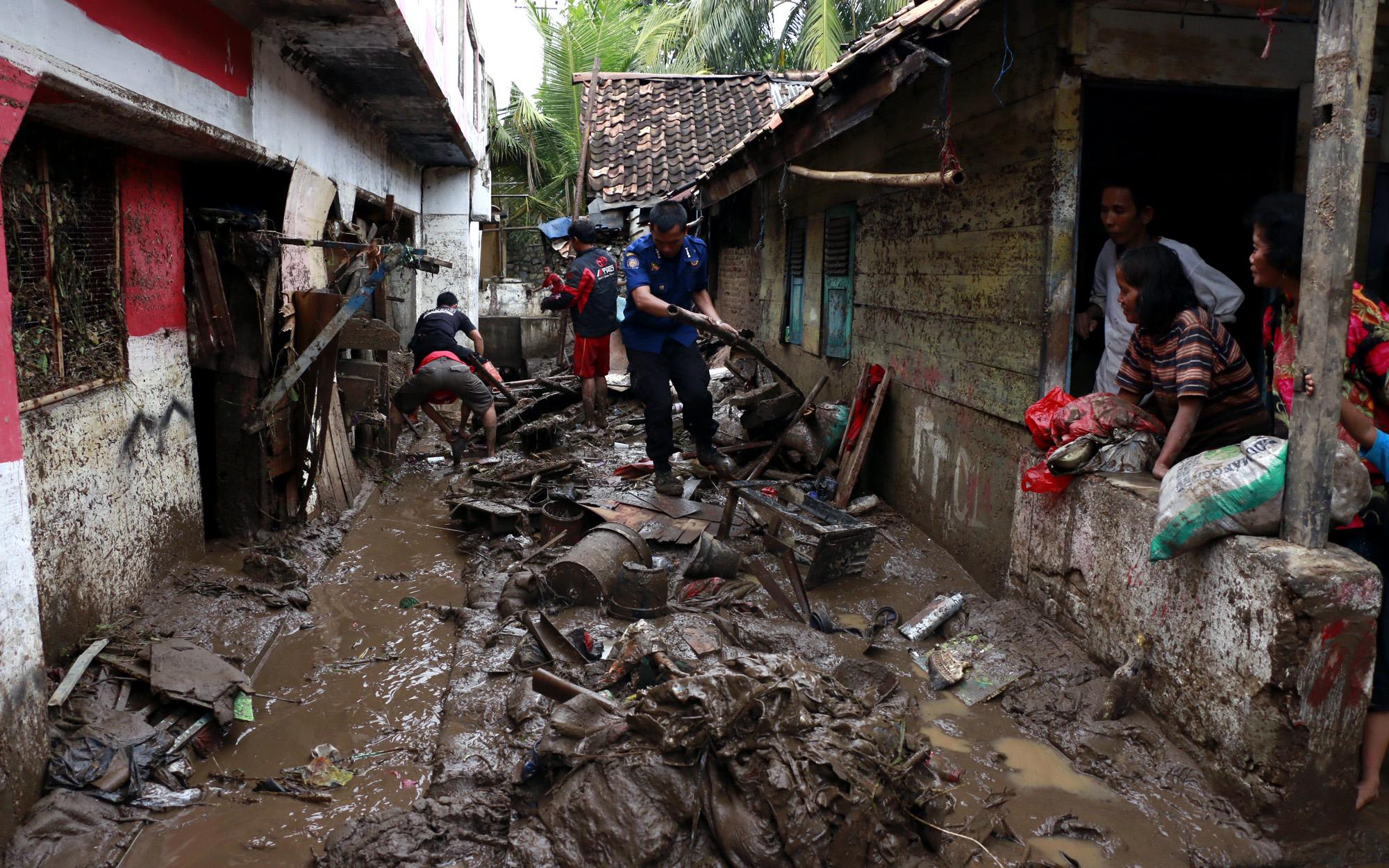 Petugas BPBD Kota Bandar Lampung membantu warga Telukbetung Selatan membersihkan dan mengevakuasi barang yang terendam lumpur akibat banjir setinggi 2 meter. (Lampungnews/El Shinta)