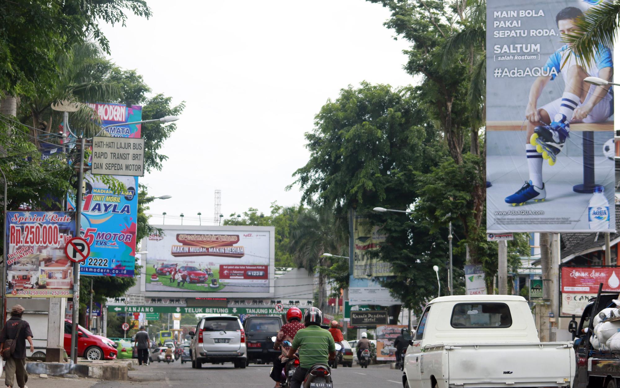 Ruas Jalan Raden Intan yang dipenuhi papan reklame. (Lampungnews/El Shinta).