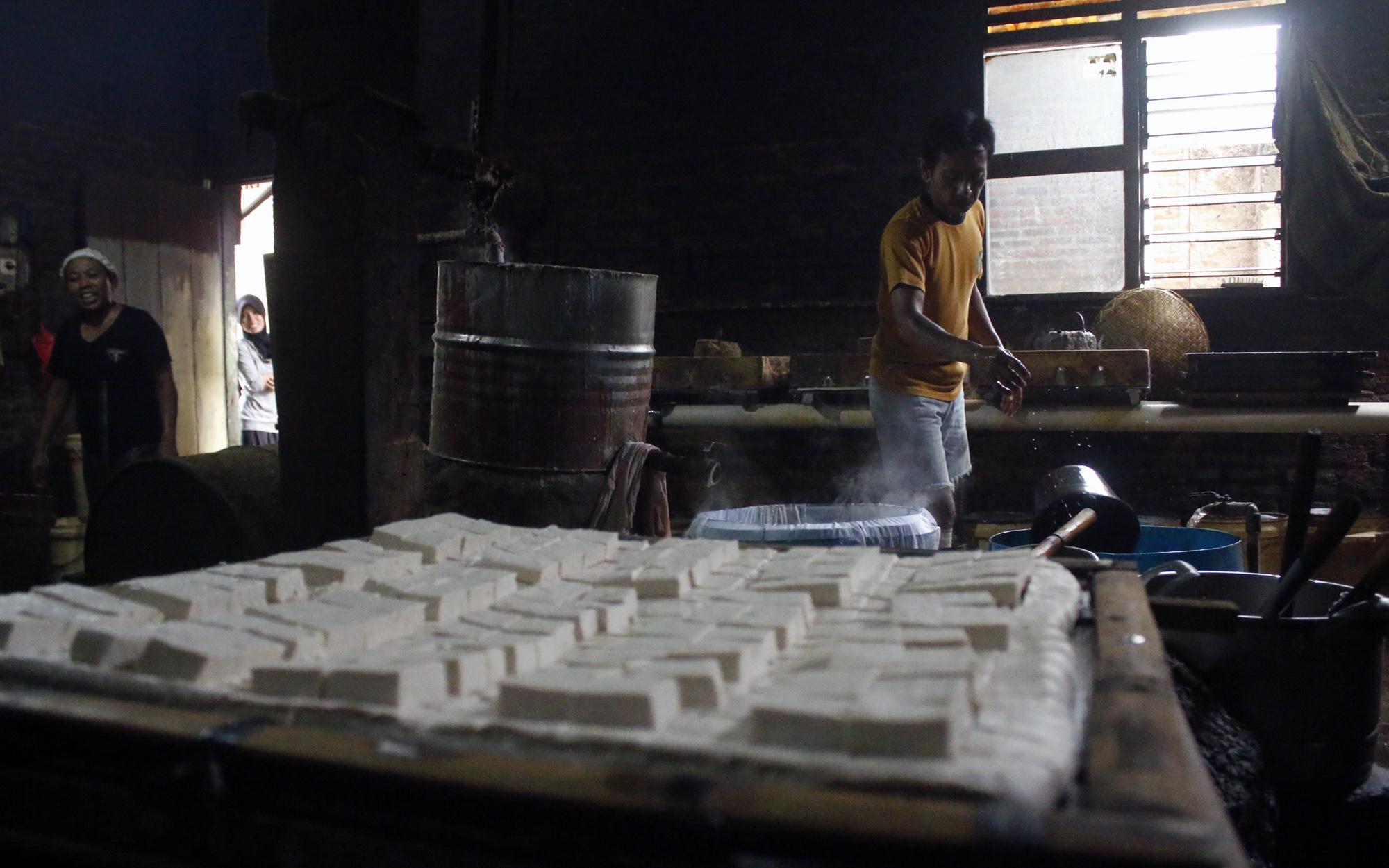 Suasana pembuatan tahu di salah satu rumah pengerajin di Kelurahan Gunung Sulah, Way Halim, Bandar Lampung. (Lampungnews/El Shinta)