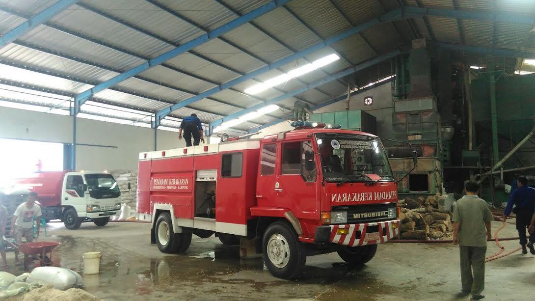 Petugas pemadam kebakaran memadamkan api digudang jagung. (Foto lampungnews.com/Adam)