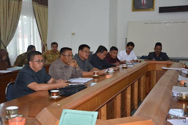 Badan Pembuat Peraturan Daerah (Bapemperda) DPRD Lamteng sedang membahas lima Raperda tunggakan tahun2106 di gedung DPRD, Senin (6/2).