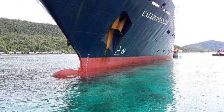 Kapal berbendera Inggris yang merusak terumbu karang di Raja Ampat, Papua. (kompas.com)