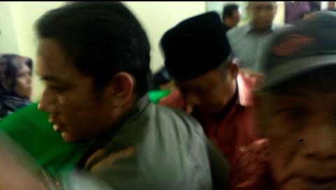 Mukhlis Basri (berpeci) usai menjalani sidang vonis di PN Tanjungkarang. (Lampungnews/Adam)