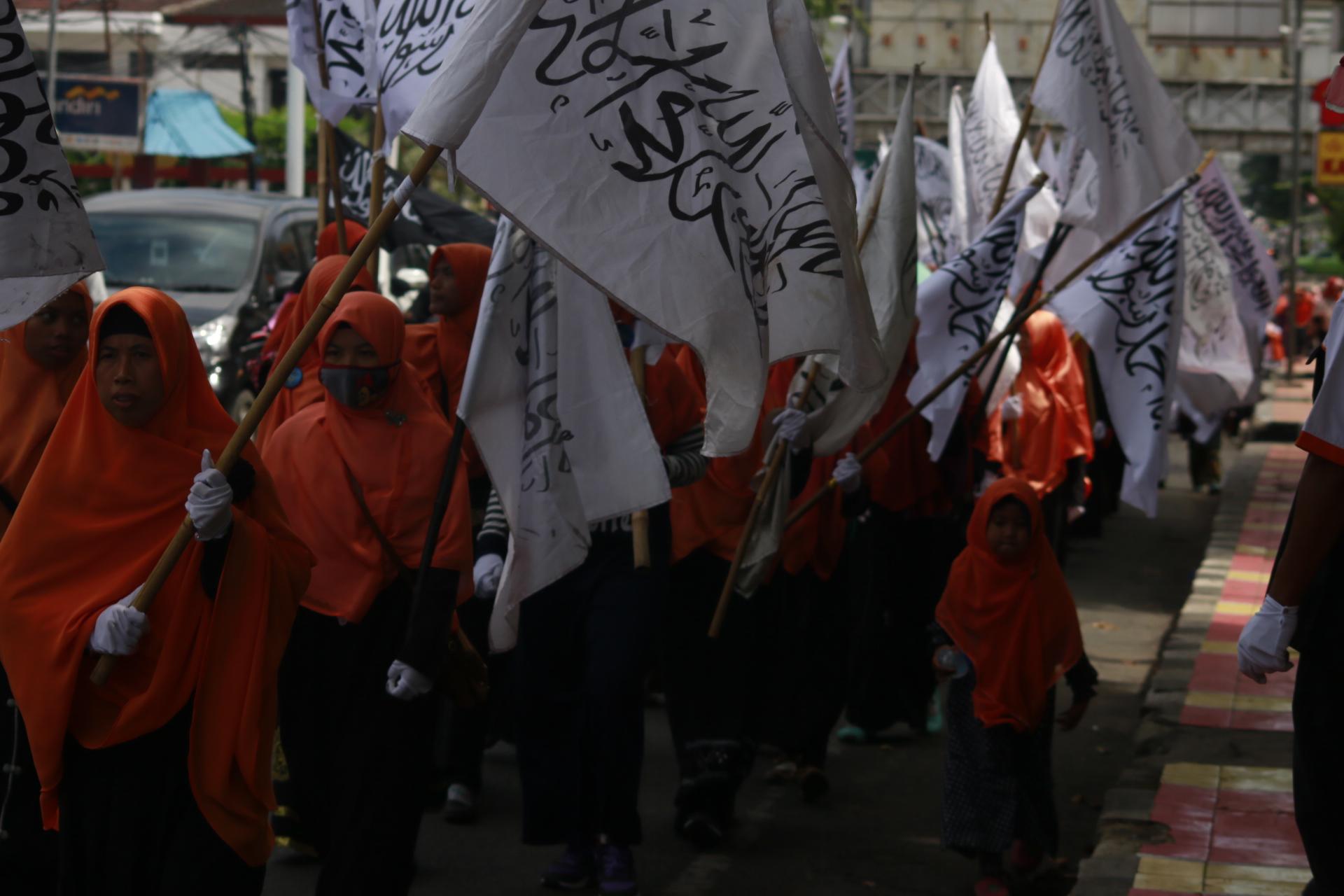 Ratusan massa dari Hizbut Tahrir Indonesia (HTI) DPD I Lampung menggelar long march dari Taman Makam Pahlawan hingga Tugu Adipura, Minggu (19/03). Aksi damai ini dalam rangka sosialisasi mengenal bendera dan panji Rasullah yang kerap disebut bendera teroris. (Lampungnews/El Shinta)