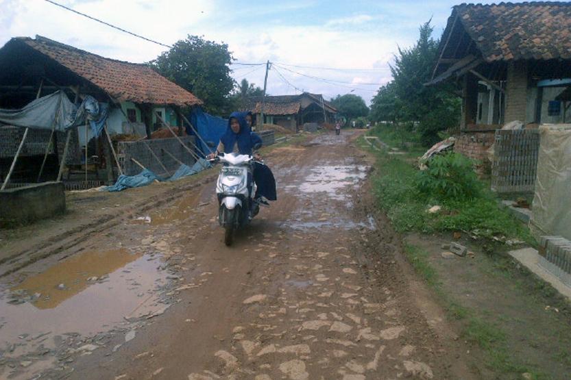 Kondisi jalan di Dusun Jatisari, Pekon Waluyojati. (Lampungnews/Anton Nugroz)