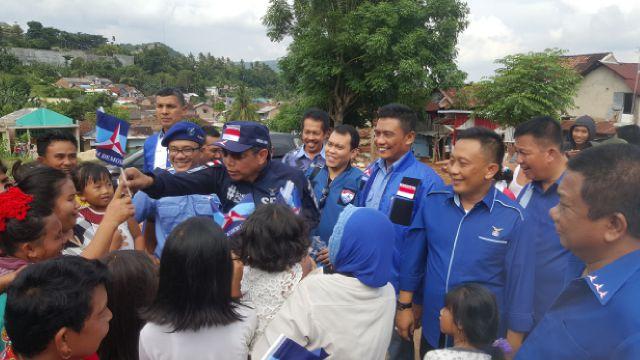 ekjen DPP Partai Demokrat Hinca Panjaitan membagikan bendera partai. (Lampungnews/Davit)