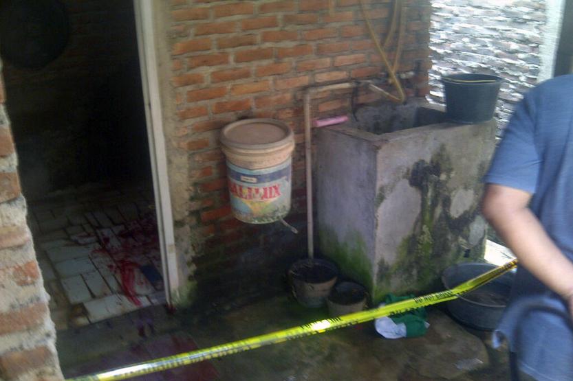 Sejumlah TKP di lokasi penemuan pemuda yang terkapar bersimbah darah dipasang garis polisi. (Lampungnews/Anton Nugroz)