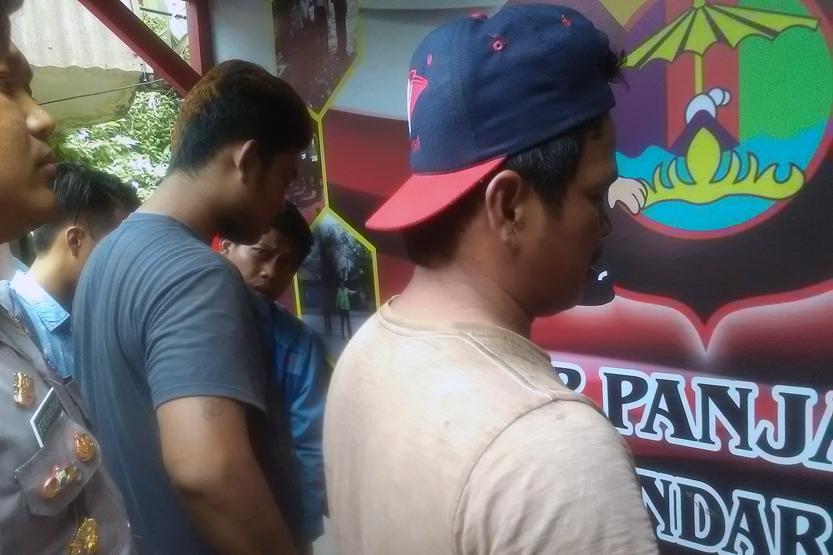 Julihar Aritonang (38) warga Riau dan Andi Law (26) warga Bakauheni, Lampung Selatan yang ditangkap polisi karena mau menyelundupkan 3 ton daging celeng. (Lampungnews/Adam)