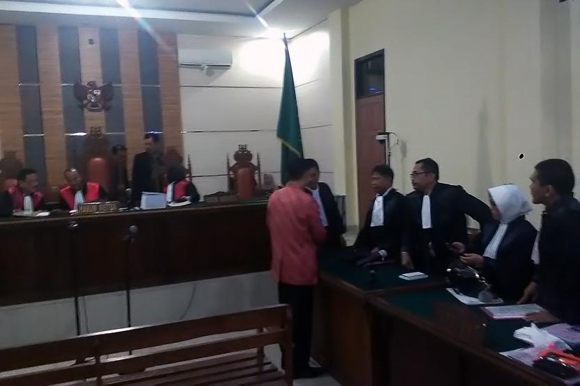 Bupati Tanggamus Bambang Kurniawan dalam sidang perdana di PN Tanjungkarang. (Lampungnews/Adam)