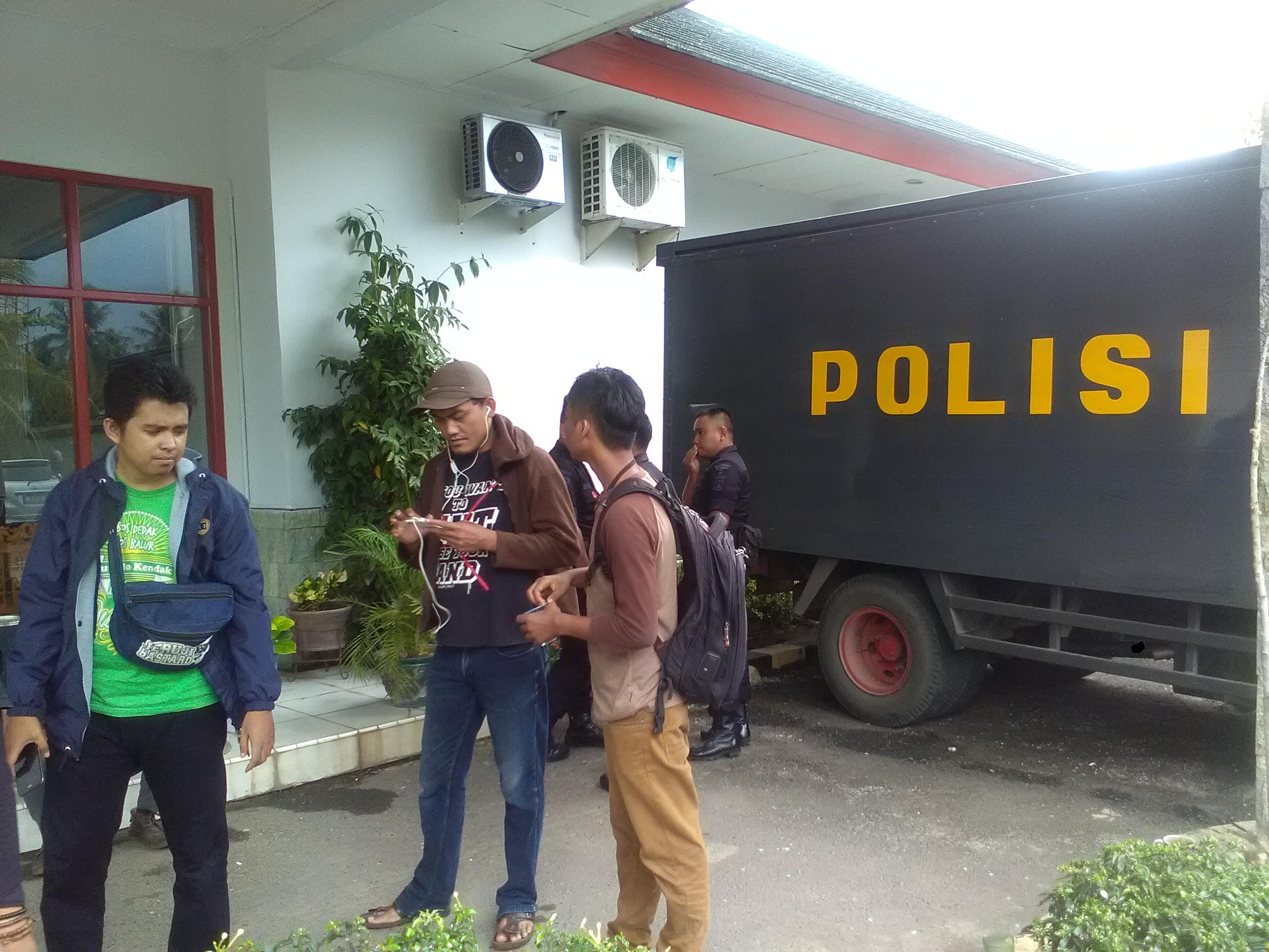 Polisi berjaga di kantor Lampung Post karena ada isu akan didatangi ratusan warga terkait pemberitaan. (Lampungnews/Adam)
