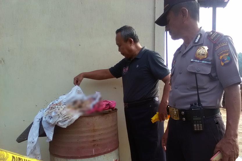 Mayat bayi perempuan yang ditemukan di TPA Bakung. (Lampungnews/Adam)