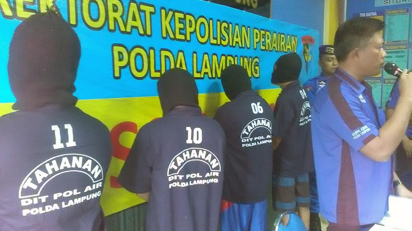 Para tersangka sindikat bom ikan yang ditangkap Ditpolair Polda Lampung. (Lampungnews/Adam)