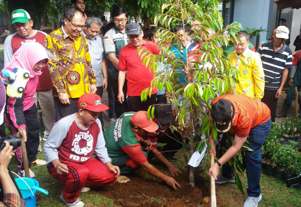 Walikota Bandarlampung, Herman HN, menanam pohon di kampus Unila, Jumat (17/3). Foto Lampungnews.com/Davit/17.