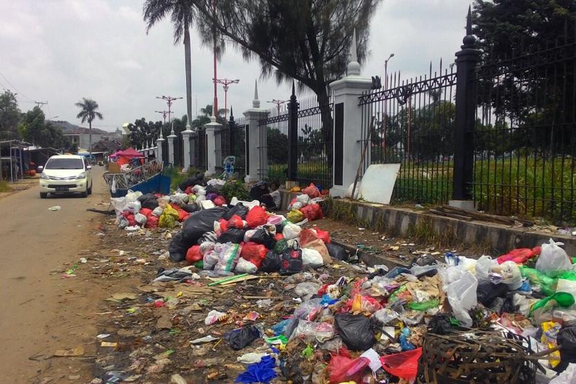 Sampah yang menumpuk di luar PKOR Wayhalim dikeluhkan warga setempat karena menimbulkan bau menyengat. (Lampungnews/Davit)